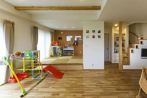 塗り壁と無垢の木で造られたナチュラルで子供がのびのび育つ家